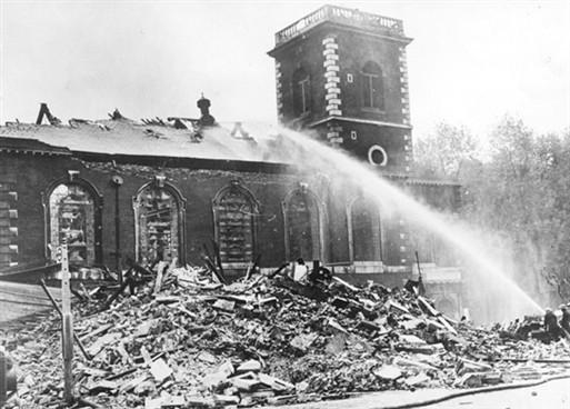 El West End de Londres ha sido golpeado por docenas de bombas de alto poder explosivo, causando gran daño a Strand & Piccadilly (en la foto). WWII Pictures