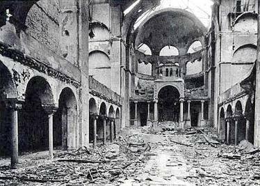 Interior destrozado de la Sinagoga de Berlín.
