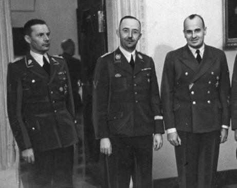 Friedrich-Wilhelm Krüger a la izquierda, Heinrich Himmler en el centro y Hans Frank a la derecha