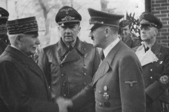 """El mariscal Philippe Pétain, líder de la Francia de Vichy y héroe francés de la Gran Guerra, anuncia la nueva """"cooperación mutua"""" con Adolf Hitler -a pesar de la ocupación nazi alemana de la mitad de Francia. WWII Pictures"""