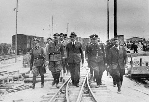 Heinrich Himmler visitando la planta en construcción de IG Farbenindustrie AG junto con ingenieros de IG Farben el 18 de julio de 1942.