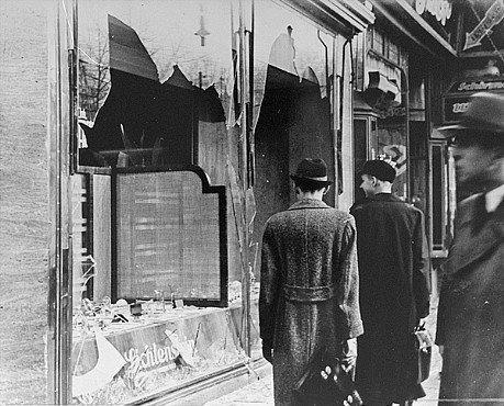 Una tienda judía saqueada.