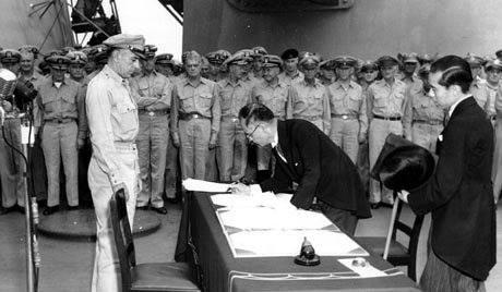 """El Acta de Capitulación fue firmada primero por el Ministro de Relaciones Exteriores Mamoru Shigemitsu """"Por Orden y en nombre del Emperador del Japón y del Imperio de Japón"""" a las 09:04 am hora local."""