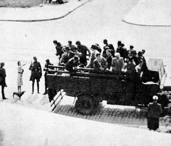 """Redada de secuestro en Varsovia en el distrito de Żoliborz (1941). Las mujeres jóvenes seleccionadas eran forzadas a ejercer la prostitución en los """"Soldatenbordell""""."""