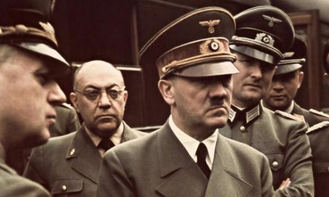 Theodor Morell, médico de Adolf Hitler, en el fondo.