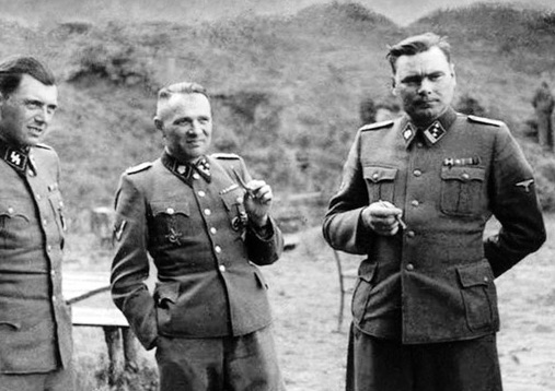 Josef Mengele (izquierda), Rudolf Höß (centro) y Josef Kramer (derecha).