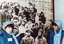 Eva y Miriam Mozes juntas en el Museo Memorial Auschwitz-Birkenau en el año 1985