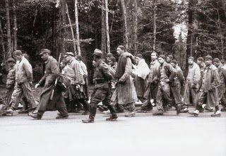 """17 de enero de 1945, ante el avance del Ejercito Rojo soviético, las SS evacuan a unos 56.000 prisioneros de Auschwitz en las conocidas como las """"Marchas de la Muerte"""" hacia el interior del Reich."""