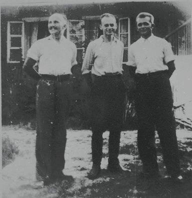 De izquierda a derecha: Jan Redzej, Witold Pilecki, Edward Ciesielski delante de la casa Serafiński en Nowy Wiśnicz, el verano de 1943.