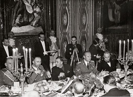 Banquete en su honor para 95 personas en el hotel Ritz, donde también estuvo alojado, ofrecido por el Ayuntamiento de Barcelona.