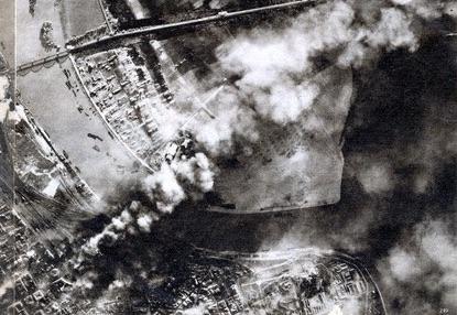 La imagen aérea de propaganda de la Luftwaffe del Bombardeo de Belgrado 6 de abril de 1941, apareció en la revista de propaganda alemana Der Adler, No. 9, 29 de abril de 1941. Bomben auf Belgrad Operation Strafgericht 6 April 1941 on Commons