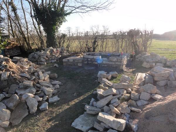 Les premiers rangs de pierres