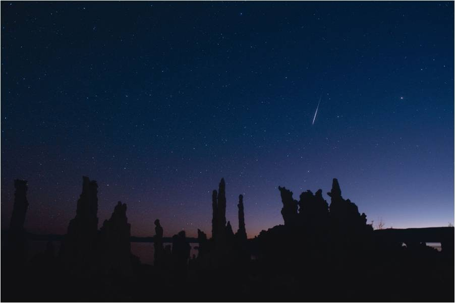 Meteoro de las Leónidas cayendo al amanecer tras Mono Lake, California