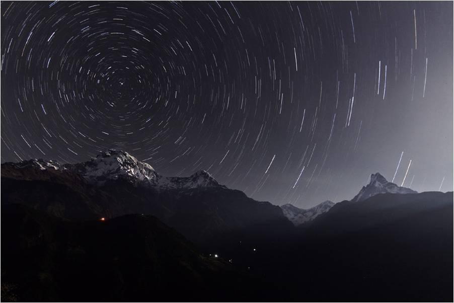 Trazo de estrellas tras la sierra del Anapurna en los Himalayas
