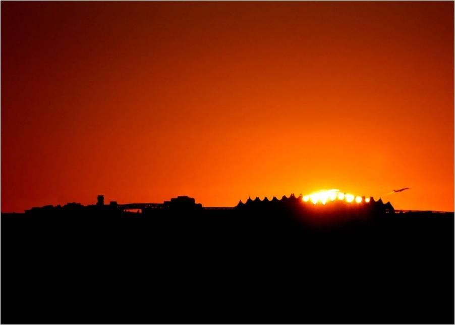 El Sol ocultándose tras el aeropuerto de Denver