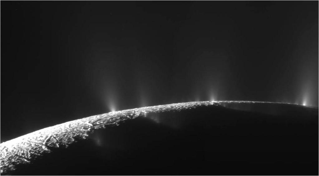 Plumas de hielo brotan de Encelado, una de las lunas de Saturno