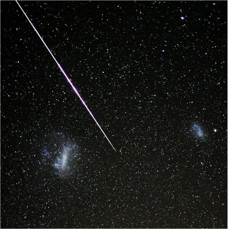 """Meteoro cruzando entre las """"nubes"""" de Magallanes"""