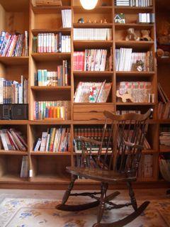 プレイルームの本棚