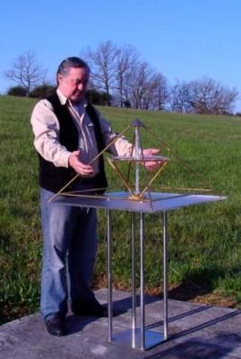 Foto: Energiepyramide B-Modell im Freien mit Harald Alke vom Kyborg Institut