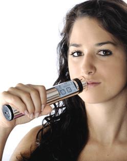 Tens-Therapie-Gerät: Powertube Quickzap in der Anwendung am Mund gegen Schmerzen