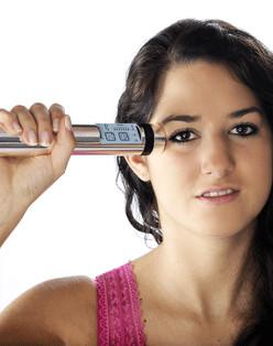 Tens-Therapie-Gerät: Powertube Quickzap in der Anwendung gegen Schmerzen am Kopf Schläfe Gesicht