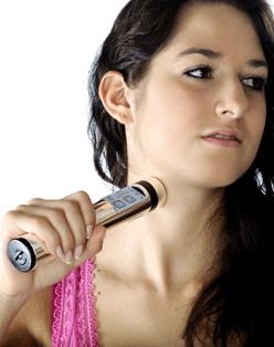 Tens-Therapie-Gerät: Powertube Quickzap in der Anwendung gegen Schmerzen am Hals, Halsbereich