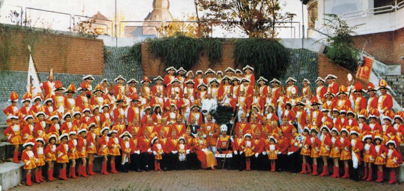 Dreigestirn 1990 mit Prinzenführer, Garde und Musikzug