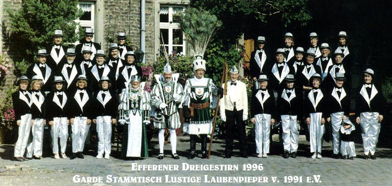 """Dreigestirn 1996 mit Prinzenführer Bernd Frechen und der Garde vom Stammtisch """"Lustige Laubenpieper"""" e.v. von 1991"""