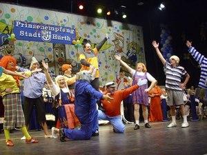 """Dank der Einladung zum Tanz beim Bürgermeisterempfang in Hürth waren dann doch 10 Efferener Prinzen, 4 Bauern und 4 Jungfrauen auf der Bühne! Gut, alles """"Ex"""", aber immerhin..."""