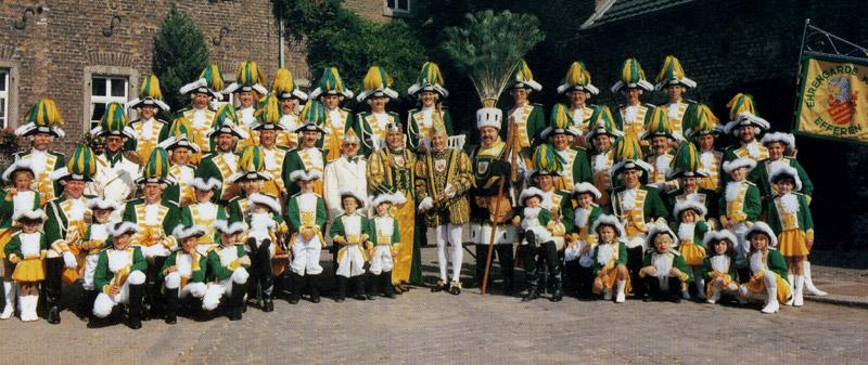 Dreigestirn 1994 mit Prinzenführer, Adjudanten und Begleitcorps Ehrengarde Efferen