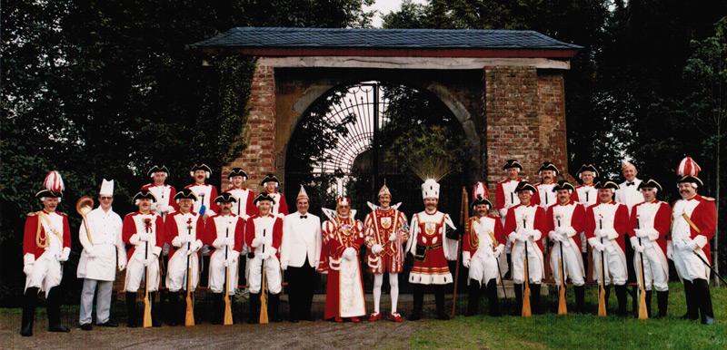 Dat janze Schmölzje: Die Prinzengarde 1991 mit Dreigestirn und Prinzenführer Alfred Schwickert.