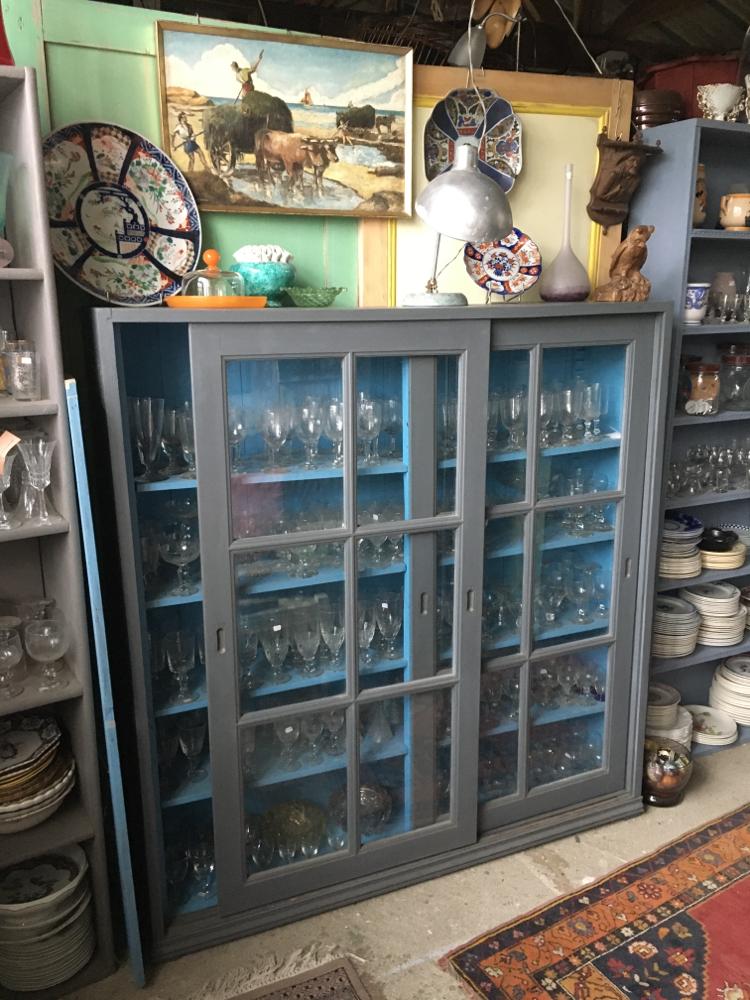 Meuble à portes coulissantes vitrées