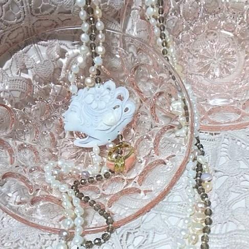 ネックレスと一緒に小さく写っている サンゴのリングとの組み合わせも、もちろん素敵です