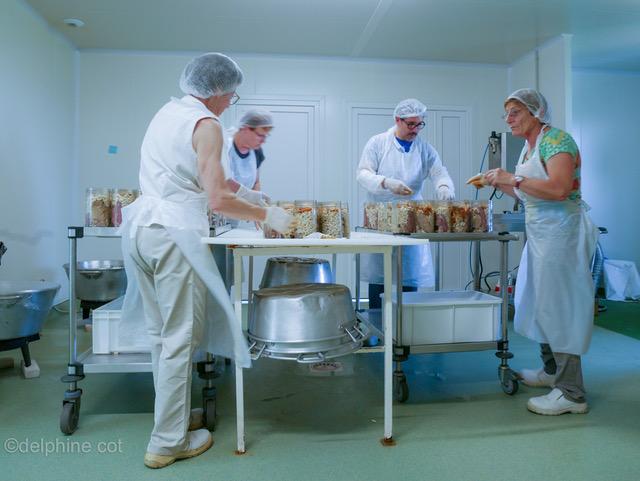 Une conserverie moderne nous permet de préparer cassoulets et autres plats cuisinés