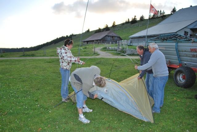 Manche haben Probleme mit der dünnen Luft, andere mit dem Zelt aufstellen !