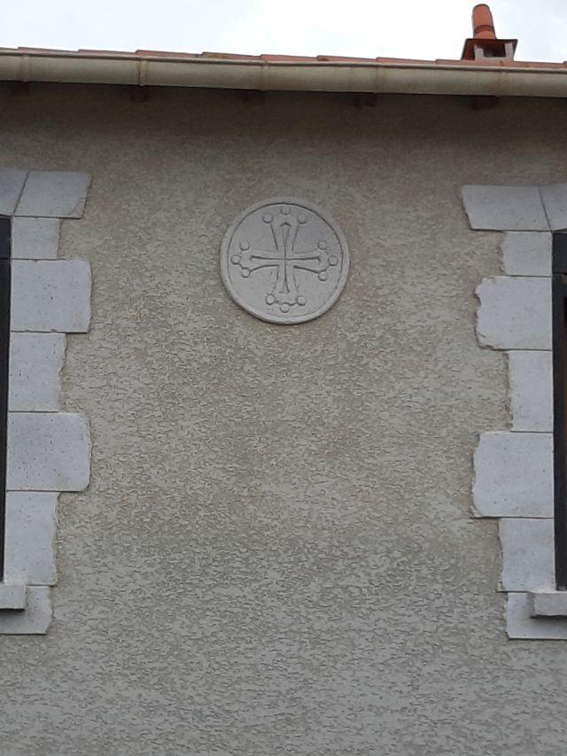 Crois du languedoc en décoration sur la façade principale