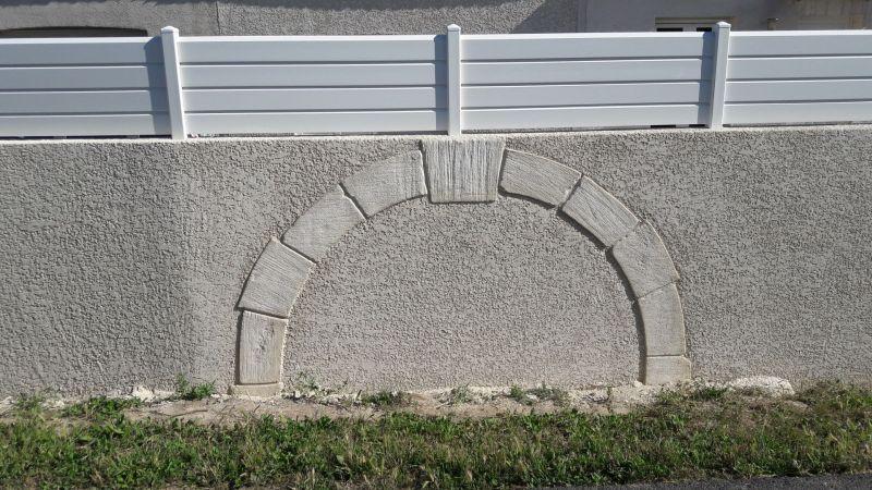 Arche en pierre de taille comblé en crépis finition écrasé