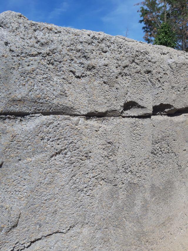 Structure et cassure de l'enduit imitation roche vu de près