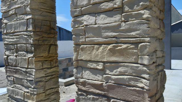 Enduit sur pilier en brique rouge