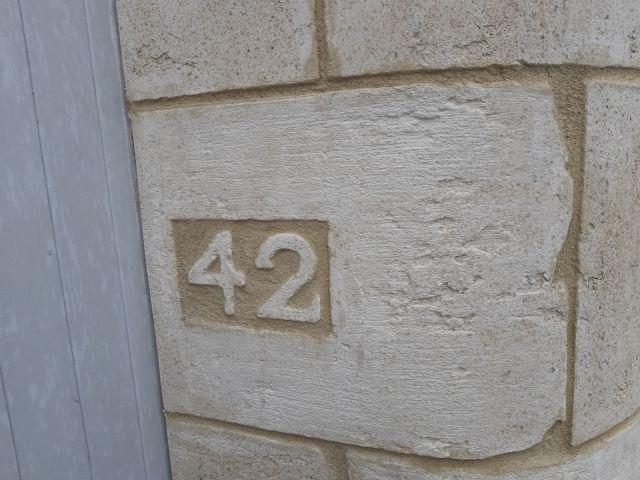 Imitation pierre de taille numéro de rue. Béziers