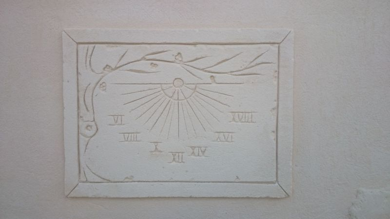 Cadran solaire avec décor olivier en enduit sculpté
