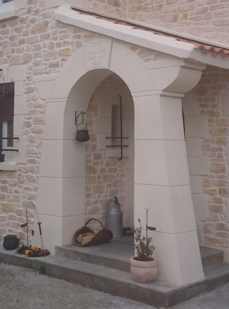 Arche en pierre de taille avec croix du languedoc. Béziers
