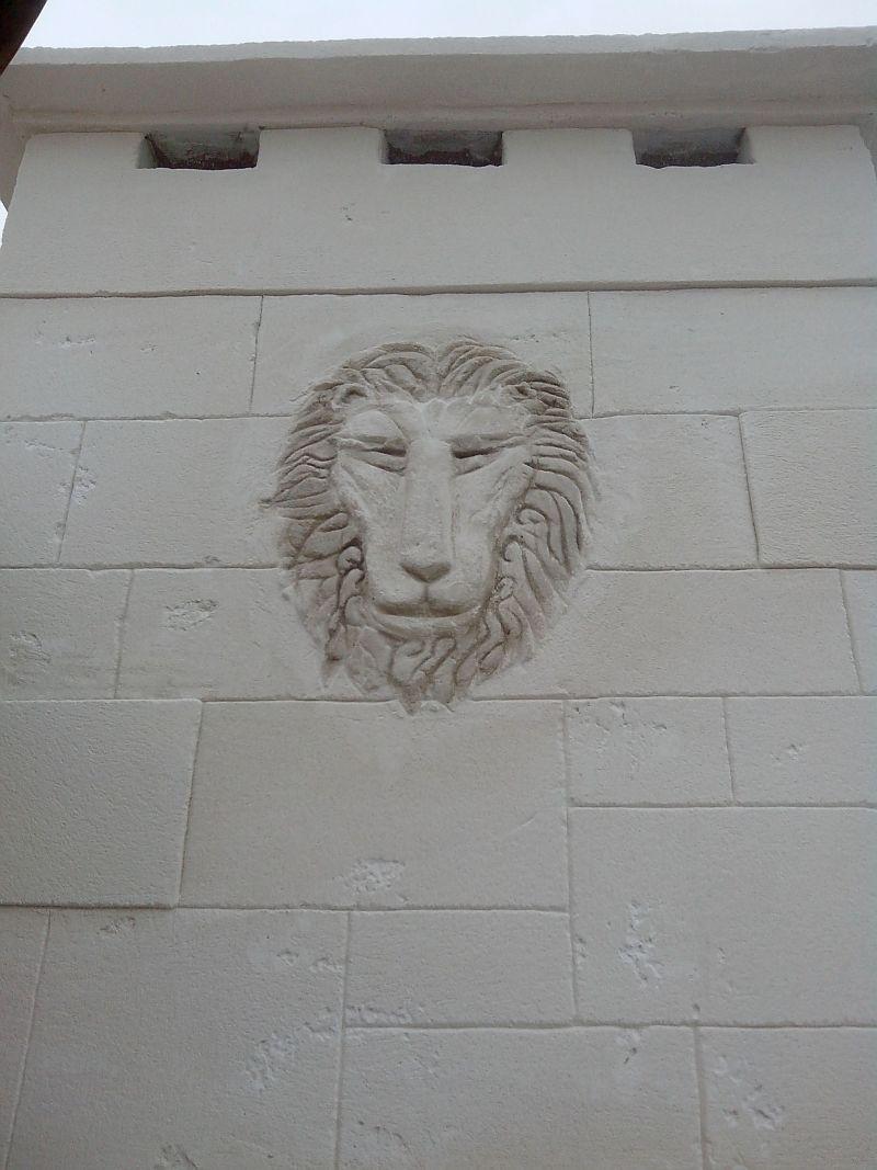 Tête de lion sur conduit feu en extèrieur
