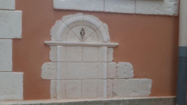 Fontaine murale en décoration pierre adapté au mur