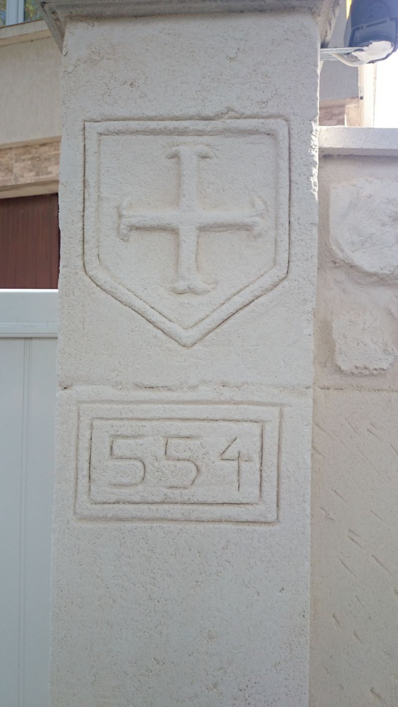 Croix cathare sur le pilier. Béziers