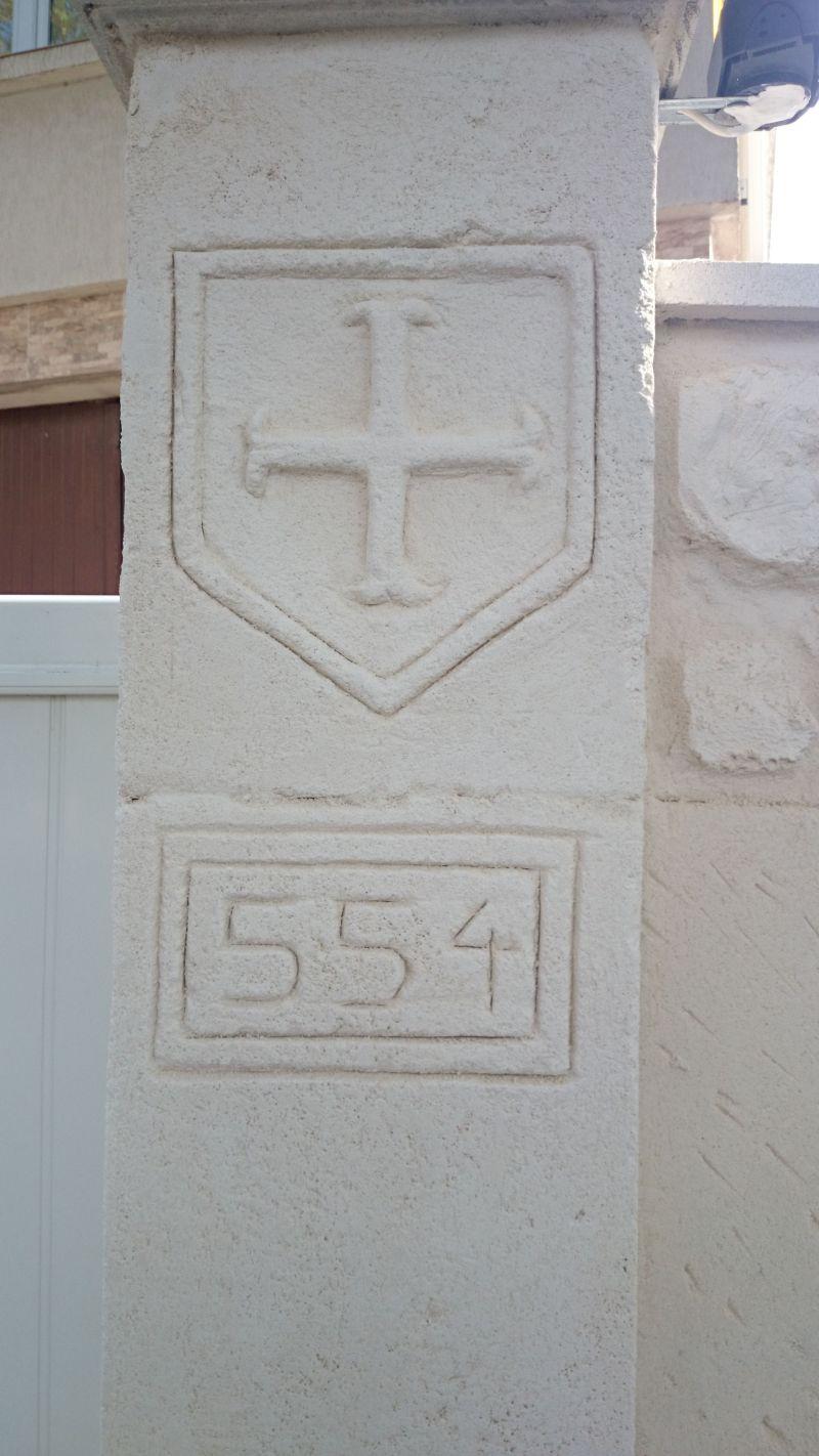 Croix cathare sculpté dans le pilier