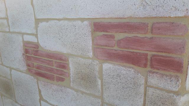 Décoration briquette mixée avec des fausses pierre de taille