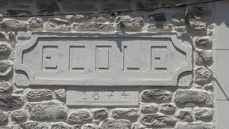 Sur le mur d'une ancienne école transfomé en habitation, j'ai recréé l'enseigne école en rappel à son origine