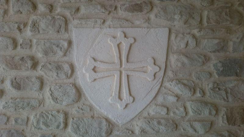 Croix du languedoc sur blason de type pierre de taille sculpté