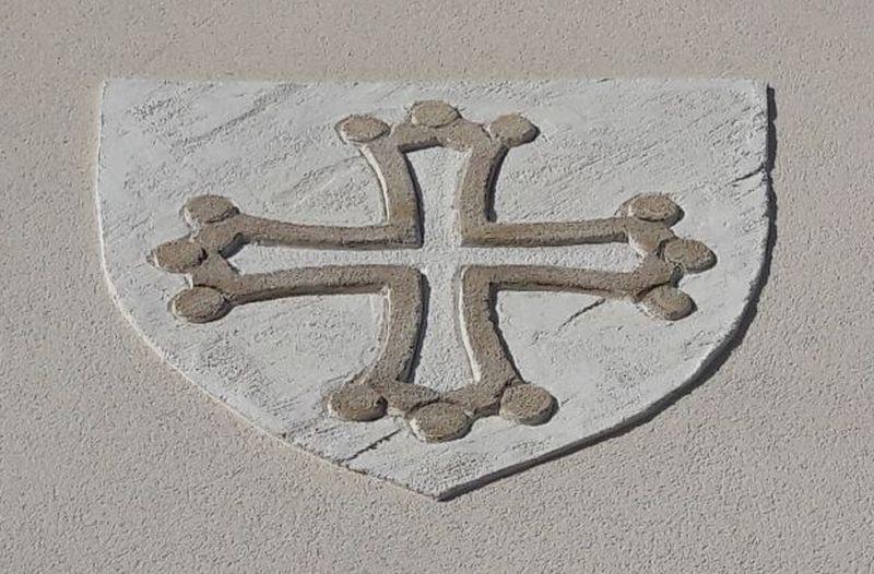 Croix du languedoc en emblème sur un domaine viticole